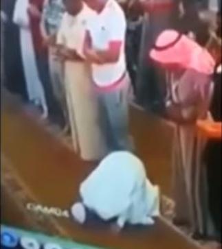 Muslim man dies as he bows to pray in a mosque in Jordan (video)