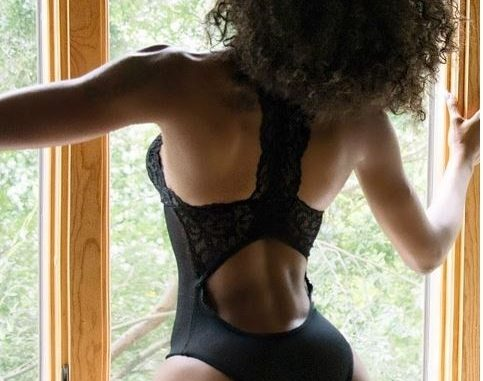 US-based Nigerian model, Michelle Okoro flashes her bum in sexy swimsuit (Photos)