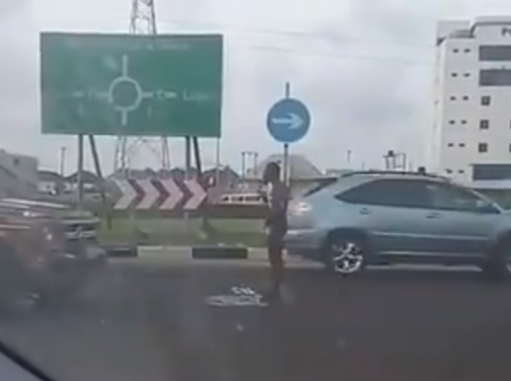 Video: Man seen having his bath on Lekki-Epe expressway this morning