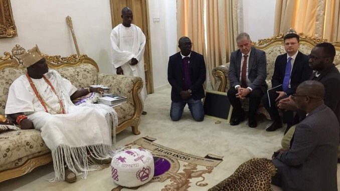 Foreigners on a courtesy visit to Ooni of Ife refuse to kneel before the monarch(photo)