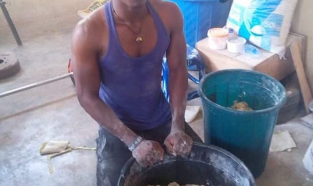 """""""Mr President, I'm not a lazy person. I have handwork"""" - Male graduate who makes snacks tells Buhari"""