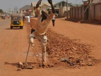 #NigerianYouthsAreNotLazy: One-legged man seen carrying out road construction